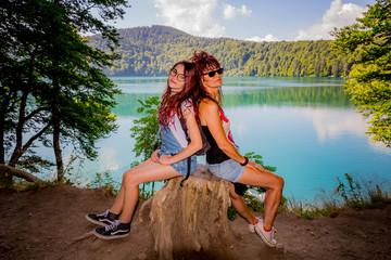 Femme et fillette au bord du Lac Pavin en Auvergne