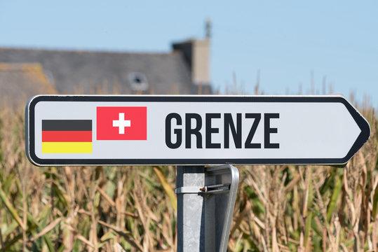 Ein Schild weist auf die Grenze zwischen Deutschland und Schweiz hin