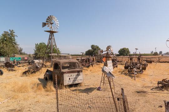 Postapokalyptischer Wasteland Schrottplatz auf der Rd 124 - Kalifornien (Visalia, N Dinuba Blvd)