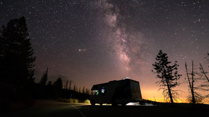 Milchstraße am Sternenhimmel im Kings Canyon / Sequoia National Park (Kalifornien)