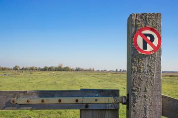 Parkverbot in Holland mir Polderlandschaft