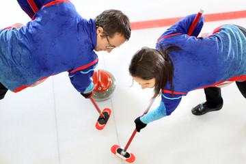 Obraz Curling. Precyzyjna gra zespołowa. - fototapety do salonu