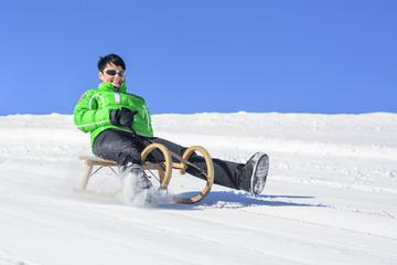 lustige Schlittenfahrt im Winter