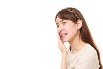 虫歯の痛みに苦しむ西洋人の女性