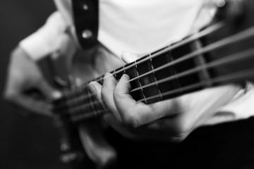 Gros plan guitare basse avec mouvement