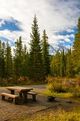 Ein typischer Campingplatz in Westkanada an einem sonnigen Herbsttag