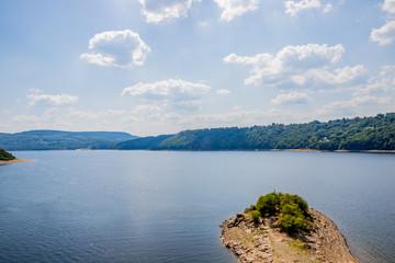Vue sur le lac de bort depuis une tour du Château de Val