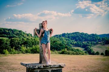 Jeune fille jouant avec une croix en Auvergne