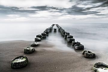 bezkresne morze i stary drewniany falochron