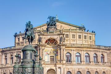 Semperoper und Reiterstandbild König Johann auf dem Theaterplatz in Dresden