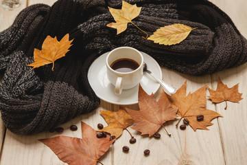 Café caliente en una mañana de otoño