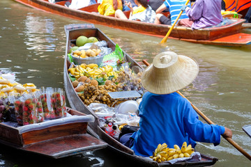 Damnoen Saduak floating market, The famous attractions of Ratchaburi province. It is the most famous floating market in Thailand and is known for tourists around the world.