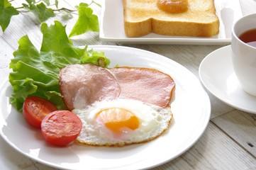ハムエッグの朝食 Breakfast of ham and eggs