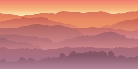 Stores photo Saumon Paysage de montagne dans la brume, coloré par le soleil couchant