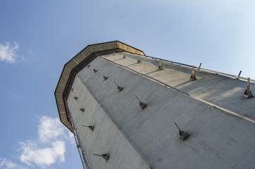 Silo de Hortaleza/ vista en vertical de torre con ventanas del silo de Hortaleza en Madrid. España.