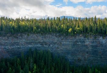 Eine Bergschlucht am Helmcken Falls Wasserfall in British Columbia