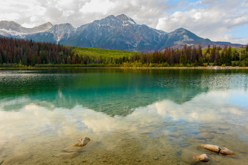 Spiegelung eines Bergpanoramas im Patricia Lake im Jasper Nationalpark im Herbst