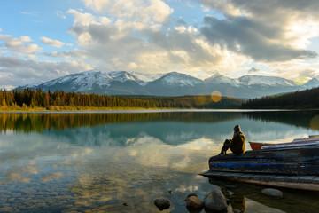 Eine Frau genießt das Bergpanorma am Patricia Lake im Jasper Nationalpark in Kanada