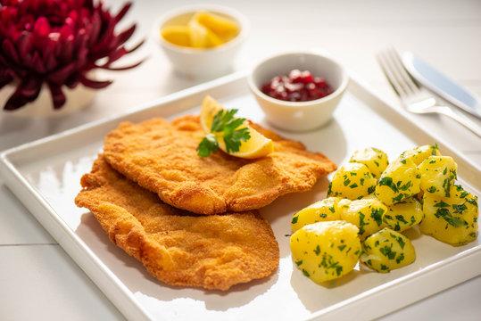 original Wiener Schnitzel mit Petersilienkartoffel und Preiselbeeren