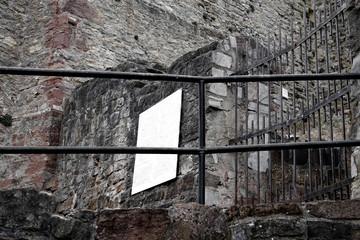 Historische Mauern und Gewölbe der Burg Polle