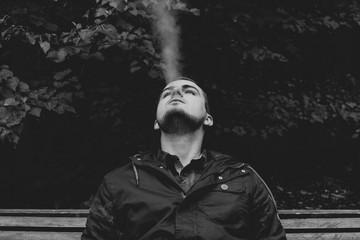 Задумчивый мужчина курит. 2
