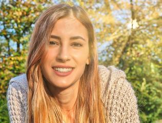 Il sorriso solare di una bella ragazza