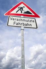 Deutsches Verkehrszeichen: Arbeitsstelle/ Verschmutzte Fahrbahn