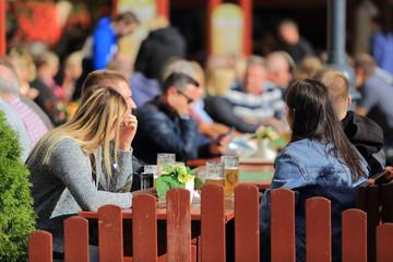Obraz Ludzie przy stolikach w restauracji. - fototapety do salonu