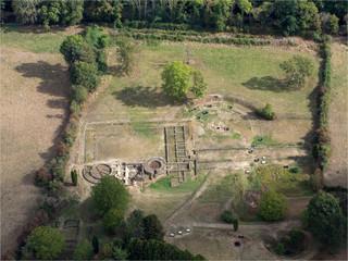 Fototapeten Ruinen vue aérienne du site archéologique des Fontaines Salées romaines dans l'Yonne en France