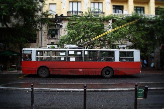Viejo autobús eléctrico en Budapest, Hungría.