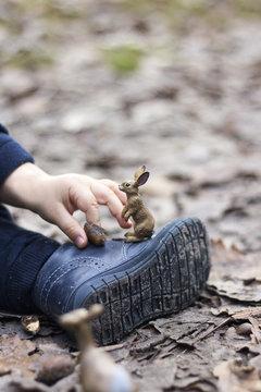main d'enfant jouant avec un lapin