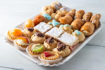 Vassoio con assortimento di pasticcini italiani