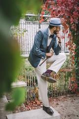Homme style retro posant dans un square parisien, Montmartre, France