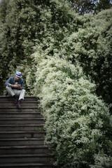 Homme assis dans les escaliers de Montmartre, Paris