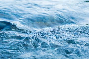 クリアな自然の天然水、川の流れ