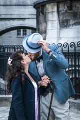 Amoureux s'embrassant dans les rues de Montmartre, Paris, France