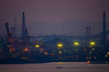 夕暮れ深く、製鉄所の向こうの橋