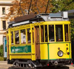 Kleine Strassenbahn in einer Großstadt