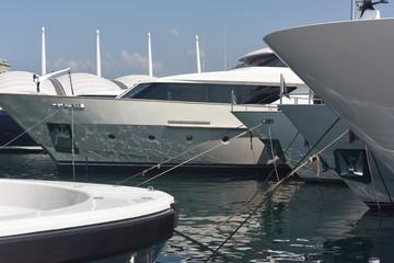 Yachts di lusso in banchina nel porto