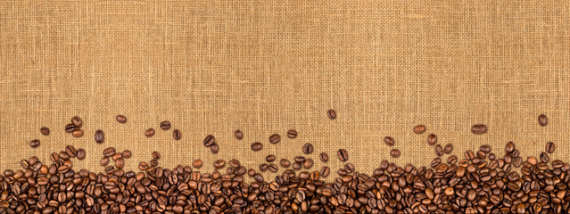 Poster Café en grains Kaffee jute hintergrund kaffeebohnen auf Naturfaser textur / coffee beans on natural burlap texture background