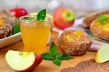 Apfelsaft und Apfelkrapfen