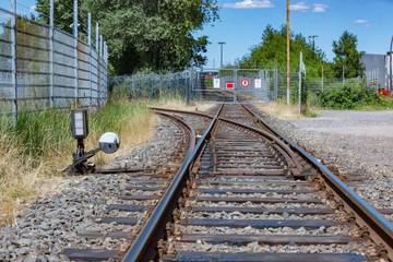 Gleisbett Schienen mit Weichen und einem verschlossenen Tor