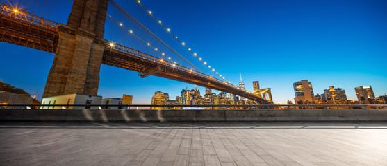 Fotomurales - empty street with bridge in new york