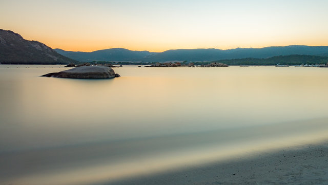 Coucher de soleil sur la plage de Santa Giulia en Corse