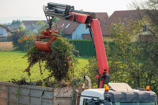 Abtransport von Gartenabfällen per LKW mit Kran