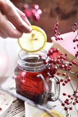 Zimowa herbata z cytryna i owocami.