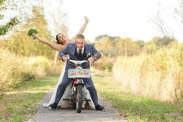 glückliches Brautpaar in den Flitterwochen