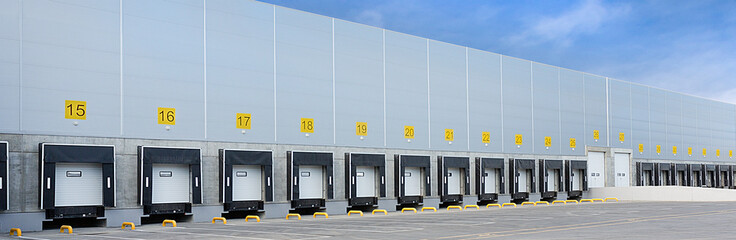 Poster Industrial geb. Large distribution warehouse with many gates for loading goods and ramps