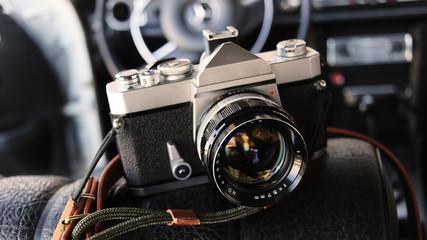 Klassische Analog Kamera im Auto
