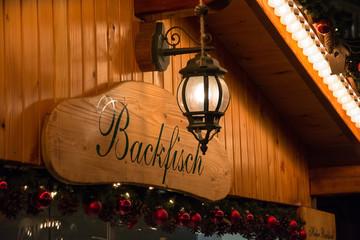 Backfisch Schild auf dem Weihnachtsmarkt